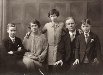 Dan a Cathrine Evans, a'u plant – Gwynfor (ar y chwith), Ceridwen ac AlcwynDan and Cathrine Evans, and their children – Gwynfor (on the left), Ceridwen and Alcwyn