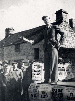Arwain protest Abergeirw, 1948Leading the Abergeirw protest, 1948