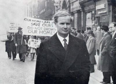 Gorymdaith dros gymuned cwm Tryweryn yn LerpwlThe battle for Tryweryn – leading a procession through the streets of Liverpool