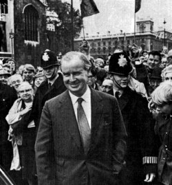 Gwynfor yn mynd mewn i Dŷ'r Cyffredin, 1966