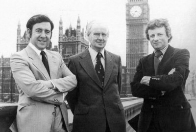 San Steffan – gyda'i gyd Aelodau Seneddol Dafydd Wigley a Dafydd Elis ThomasWestminister – with his fellow MPs Dafydd Wigley and Dafydd Elis Thomas