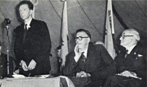 JE yn cadeirio Rali Senedd i Gymru yng Ngerddi Soffia, Caerdydd, 1953